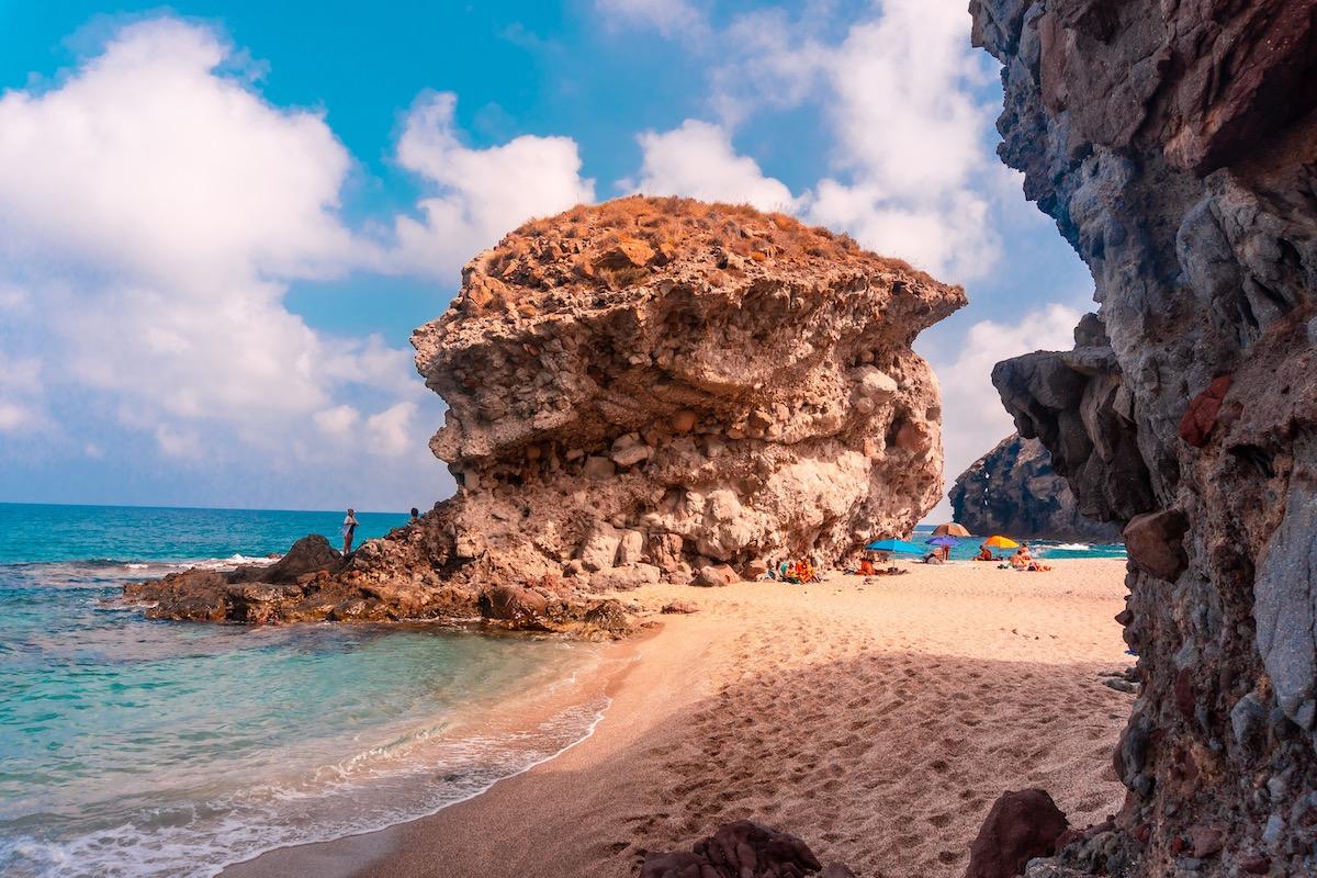 Roca gigante en la Playa de Los Muertos