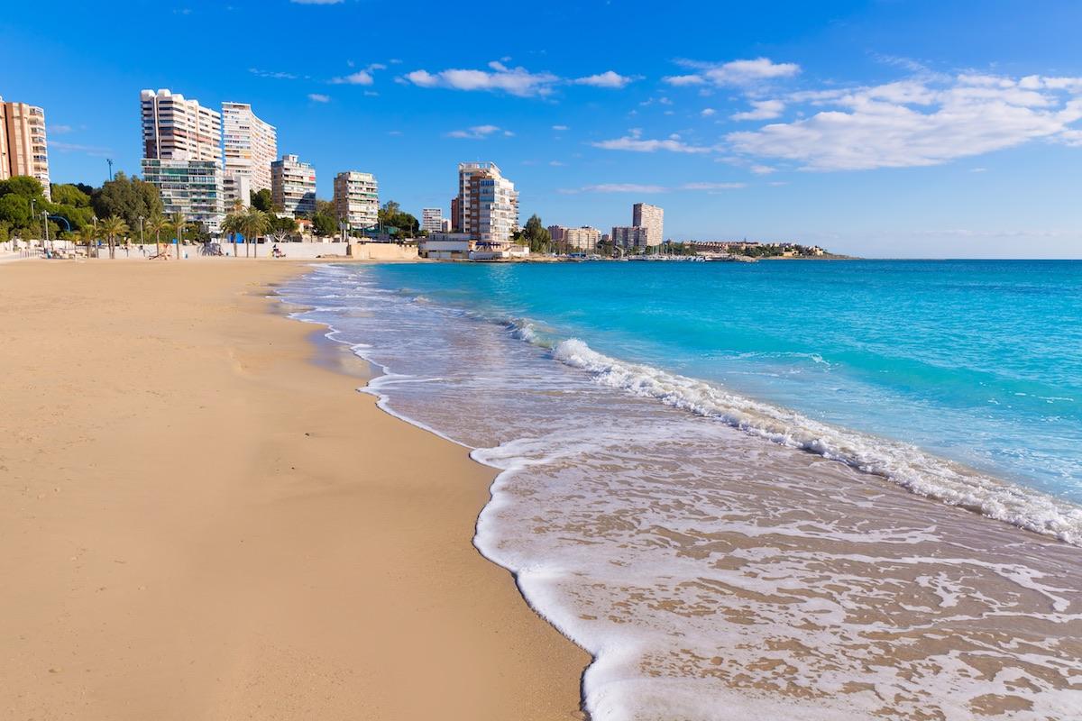 costa de la playa albufereta en alicante