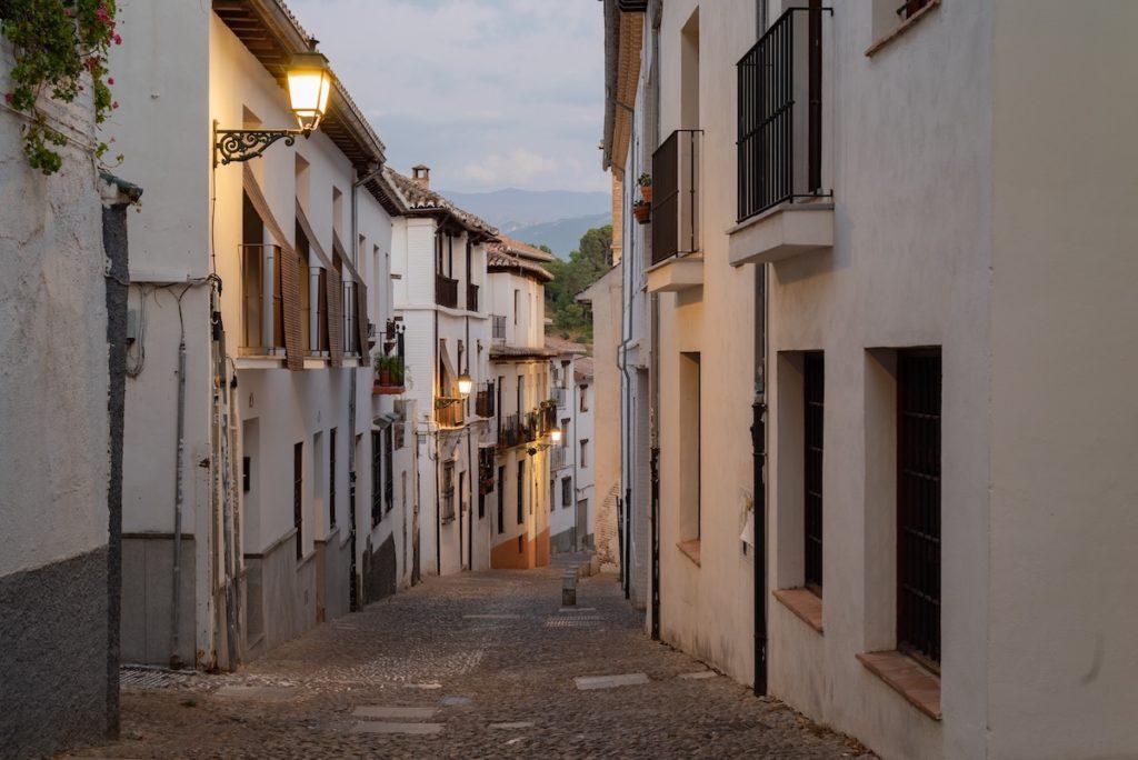 Calle vacía del barrio del Albaicín