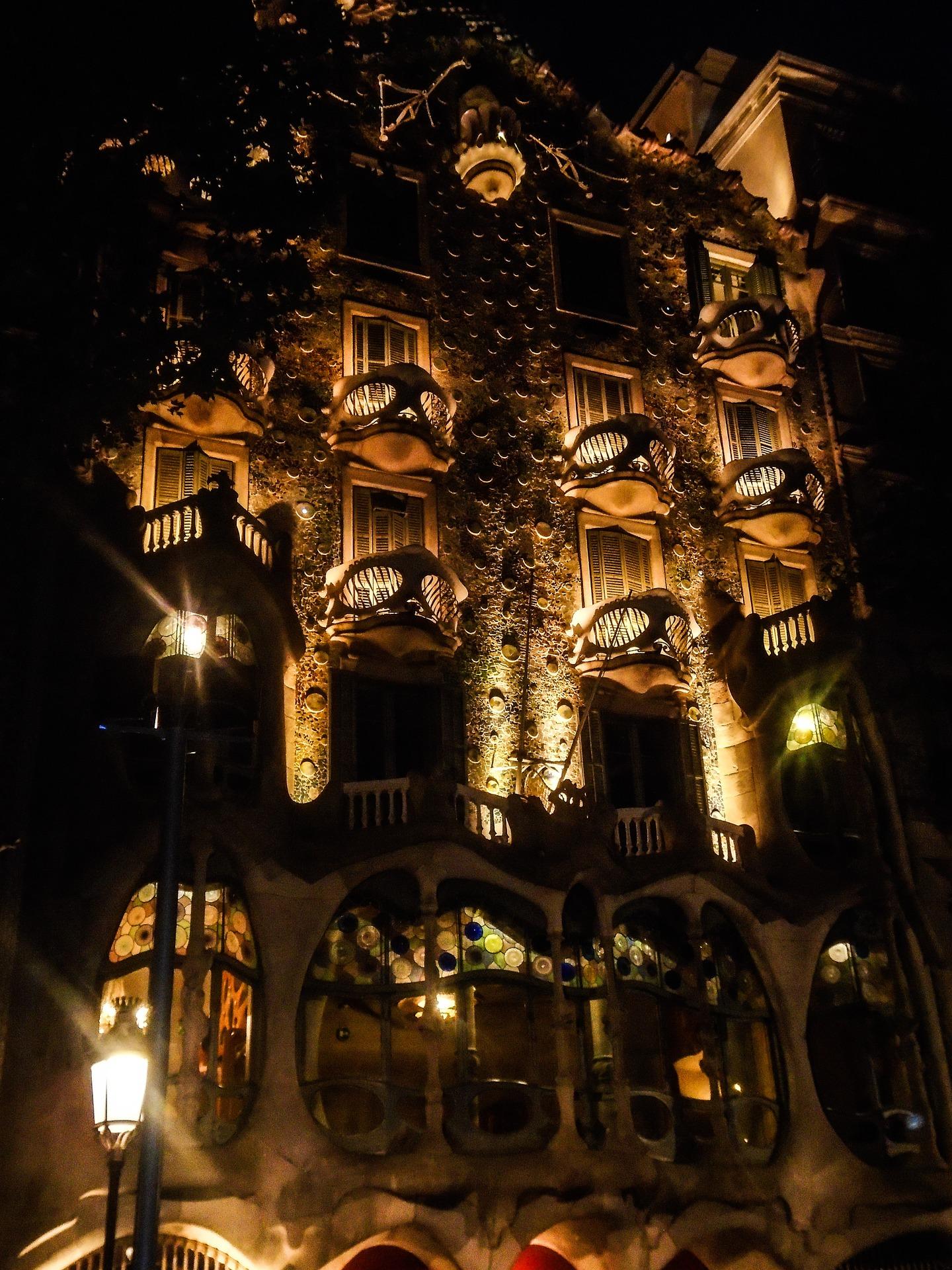 casa batllo de noche